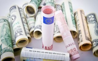 Доллар слабеет в ходе азиатской сессии из-за усиления давления на экономику США