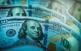 Доллар финиширует последним